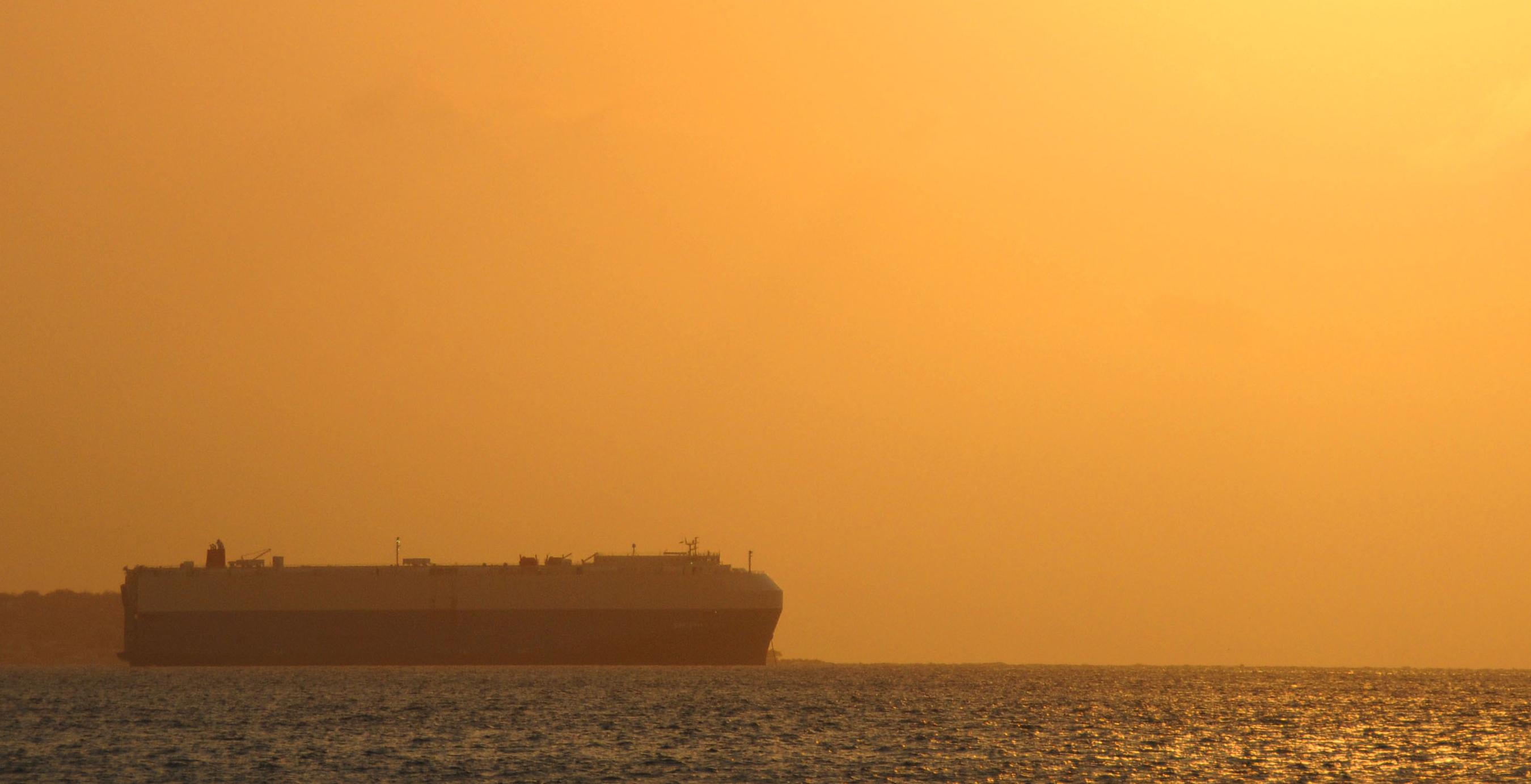 Buque navegando los mares de la costa atlántica