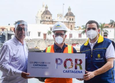 Alcalde de Cartagena y Gobernador de Bolívar recibiendo donación
