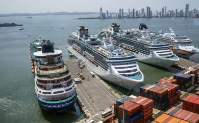 La Terminal de Cruceros Cartagena de Indias tiene capacidad para atender hasta cinco cruceros simultáneamente. En sus muelles pueden atracar buques de hasta 350 metros de eslora.