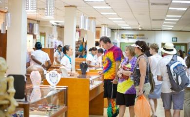 En la tienda de cruceros, una de las tantas atracciones que encuentran los turistas al llegar a la terminal, se encuentra una amplia gama de artesanías y joyas colombianas.