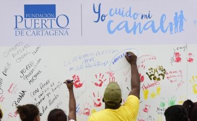 """La comunidad expresando su compromiso de cuidado del canal en el marco de la campaña """"Yo cuido mi canal""""."""