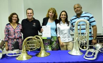 Entrega formal de 55 instrumentos de vientos de manos de la Fundación MusikÜbers Meer a la Fundación Puerto de Cartagena en la Institución Educativa de Ceballos.