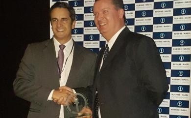 Anibal Ochoa representante de la Terminal de Contecar recibiendo el reconocimiento de Kuehne + Nagel S.A.S