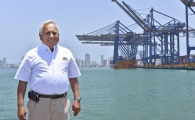 """Con la medalla militar """"Fe en la causa de la Armada Nacional"""", el gerente general de la Sociedad Portuaria Regional de Cartagena, Alfonso Salas Trujiillo, fue condecorado la semana pasada"""