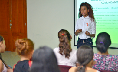 Los estudiantes de la Cátedra del Puerto fueron recibidos por Helen Olier Guerrero, violinista