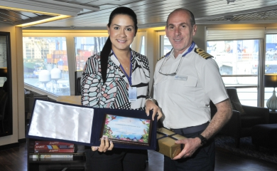 Intercambio de placas entre Liliana Rodríguez y el Capitán del Stra Pride Ignazio Tarulli