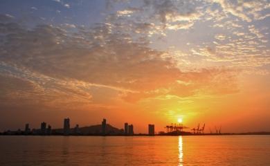 Después de cruzar dos fuertes coloniales, vestigio de la historia de América, la bahía recibe a los turistas de cruceros con una vista magistral a la Cartagena moderna.