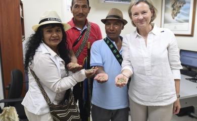 Sonia Hurtado Dicue, presidenta de la Asociación de Cabildos Indígenas Nasa Cxha Cxha; Reinerio Achicue Pardo, gobernador indígena, Martín Quisacue Campo, autoridad tradicional espiritual Nasa y Patricia Llombart Embajadora de la Unión Europea en Colombia.