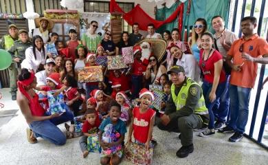 Cruceristas entregan regalos a niños de Ceballos