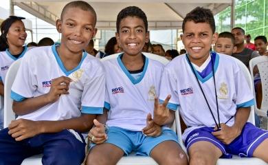 La Fundación Puerto de Cartagena y la Fundación Revel hicieron entrega de los uniformes a los jóvenes beneficiarios del programa.