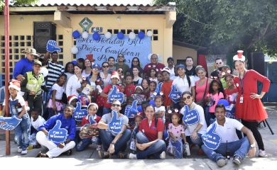"""Como una forma de integrarse con las comunidades de los destinos que visitan,la Asociación de Cruceros del Caribe y de la Florida FCCA (sigla en inglés) realizó por sexta ocasión en la ciudad, el """"Holiday Gift Project"""" una iniciativa que este año entregó 200 regalos a niños del barrio Zapatero."""