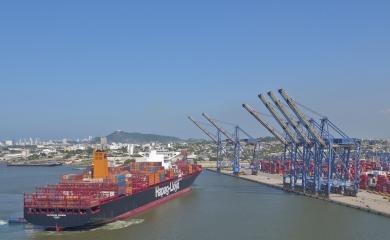 Valparaíso Express, el buque de la línea naviera Hapag Lloyd atracando en los muelles de Contecar