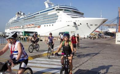 Gracias a que la terminal está convenientemente ubicada a solo 3.2 kilómetros del centro histórico de Cartagena, los visitantes pueden acceder a bicicletas para recorrer la ciudad.