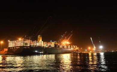 Dos Neopanamax en el muelle de Sociedad Portuaria de Cartagena, el barco MSC Shreya B con capacidad para transportar 12.238 TEU y el CMA Columbia con capacidad para transportar 10.032 TEU.