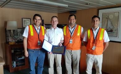 El capitán del barco Tokyo ExpressTh. Regner, Master recibió de manos de representantes del GrupoPuerto de Cartagena una placa por su recalada inaugural en la terminal de Contecar.