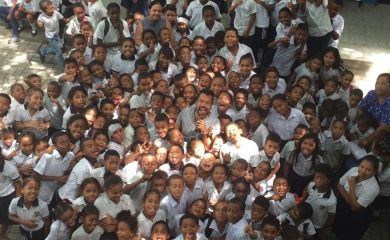 Por intermedio de la Fundación Puerto de Cartagena, el mago y malabarista Felipe Costa se presentó ante 200 niños de la Institución Educativa Salím Bechara