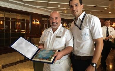 Giulio Ressa, capitán del crucero Sirena, junto con Jairo Aguilera de la Terminal de Cruceros de Cartagena