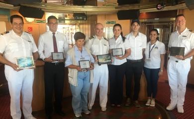 Procolombia, Aviatur, agencia Oceánica y representantes de la terminal de cruceros de Cartagena realizaron el tradicional intercambio de placas con el Capitán del barco.