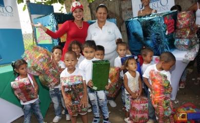 La alegría de la navidad llegó esta semana a 238 niños de la Institución Educativa Fernando de la Vega de la sede Almirante Padilla del barrio Zapatero por cuenta de la Fundación Puerto de Cartagena
