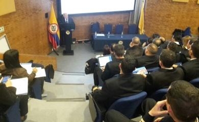 Alfonso Salas Trujillo durante su charla sobre Oceanopolìtica en la Escuela de Guerra en Bogotá