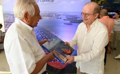 Alfonso Salas Trujillo, gerente del Grupo Puerto de Cartagena recibe el libro del puerto de manos de Benjamín Villegas, de Villegas Editores, durante el lanzamiento en noviembre de 2017