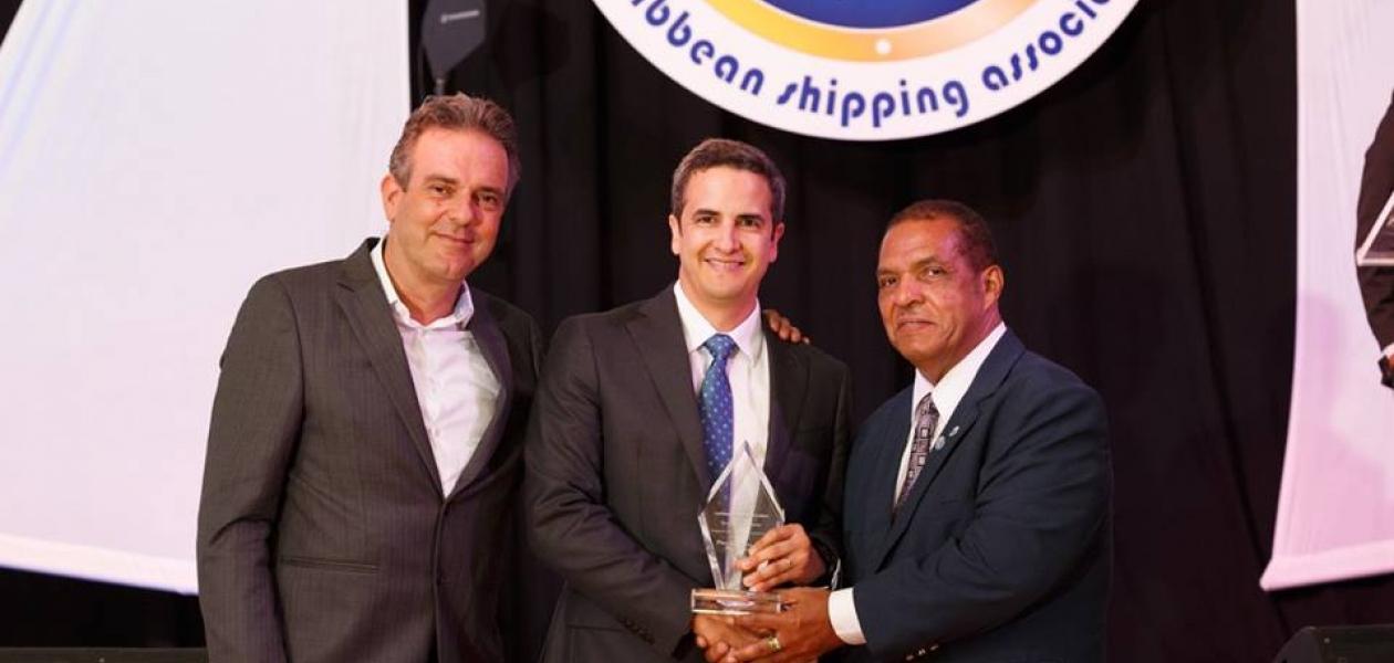 Aníbal Ochoa coordinador del área comercial, recibe el premio al puerto más eficiente y productivo