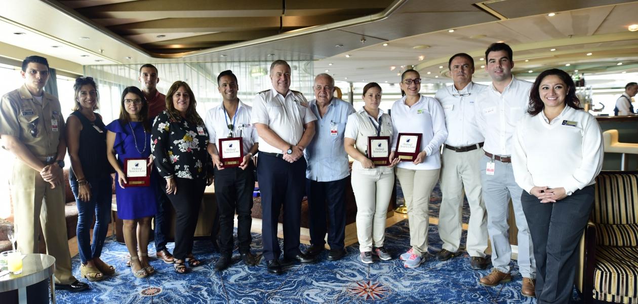 Intercambio de placas por recalada inaugural del crucero Eurodam en la Terminal de Cruceros de Cartagena