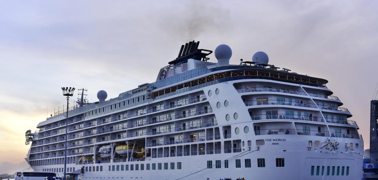 El crucero The World en el muelle de la terminal de Crucero Cartagena de Indias. Arribó cerca de las seis de la tarde de este 31 de octubre